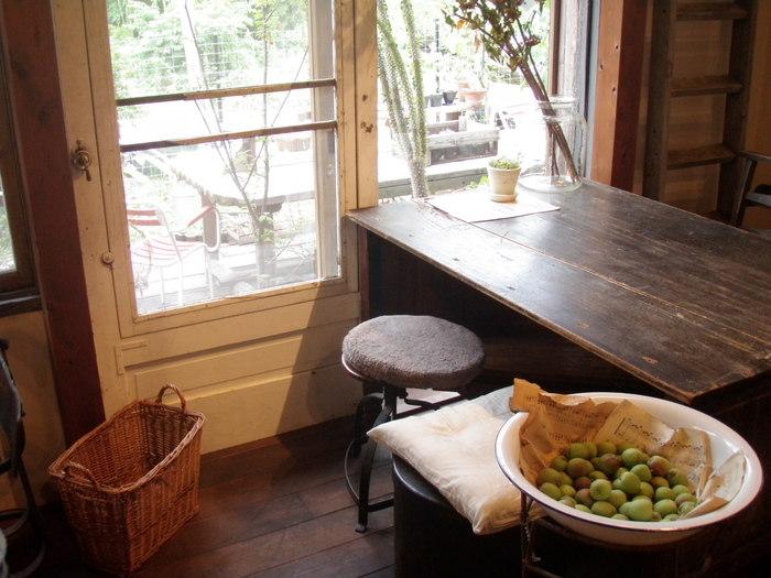 木造ポンプ小屋をフランスの田舎風に設えた店内は、フラワーショップが併設され、センス抜群。ゆったりと寛げる雰囲気。ファンが足繁く通うのも頷けます。