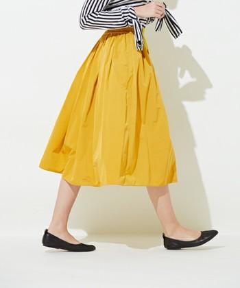 お洋服を作るのは難しいなんて思ってしまいますが、実はとっても簡単に作れるギャザースカート。手作りだからこそ、愛着も湧いて、たくさん履きたくなってしまいそう。  春夏のお出掛けにもぴったりなので、あなたもぜひ作ってみてくださいね。
