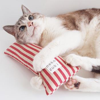 ヒモを通してキック、リラックスタイムのあごのせ枕として大活躍の「ねこずきけりけり」です。 けりやすい大きさと形、けりやすさを考えたおもちゃです。