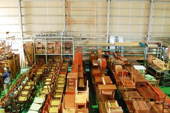 約200坪もの広大な倉庫には、北欧から買い付けた数百点もの家具が所狭しと並べられています。この中から自分のお気に入りの家具を探し出すと思うと、宝探し感覚でわくわくしますね。