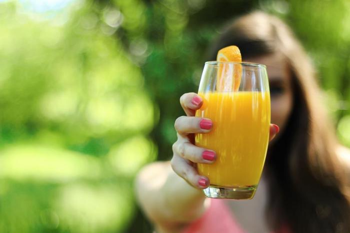 そのまま飲んでも充分美味しいオレンジジュースだけど、ちょっと余った時やオレンジをたくさん購入した時には、是非お料理にも活用してみませんか?爽やかな酸味と香りが、実はとっても美味しい隠し味になるんですよ!