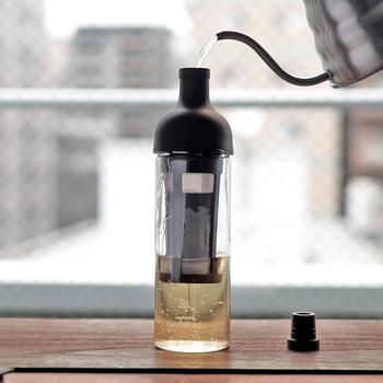 コーヒーの粉と水を入れて、冷蔵庫に寝かせれば、美味しい水出しコーヒーの出来上がり♪