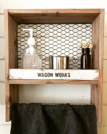 洗面所にあると便利なタオルストックハンガーもワイヤーメッシュを使うことによってカッコよく決まります♪タオルのほかに洗剤を置いたり、ディスプレイ棚としても活用できます。