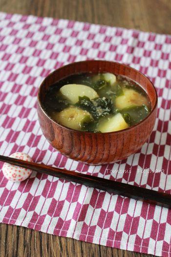 和食にぴったりのスープといえば、やっぱりお味噌汁。具材も定番になってしまいがちですが、いつものお味噌汁にごまをたっぷり加えればいつもと違った一品に!