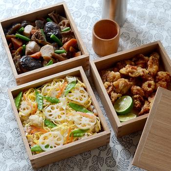 こちらは福井県鯖江市、「松屋漆器店」の白木塗の重箱。木目が綺麗な木の重箱はなんだか洗練された雰囲気です。おしゃれな風呂敷に包んで持って行きたいですね。  三段重なら、一段はちらし寿司やおにぎりなど主食、残り二段をおかず、というのがスタンダードな構成でしょうか。