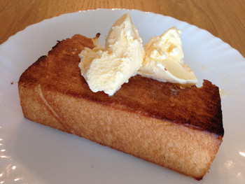 温めたアップルパイにアイスクリームをのせるのも美味しいですが、カリッと焼いた厚切りトーストに、バニラアイスクリームのせ...もう反則です!