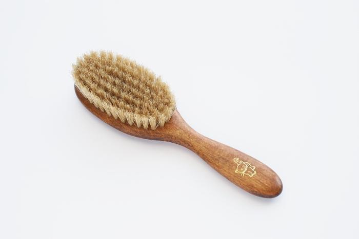 ドイツ、REDECKER(レデッカー)社の良質な自然素材にこだわって作られたキャットブラシです。 持ち手にはブナ材、ブラシにはソフトな豚毛を使用し、ナチュラルな質感。