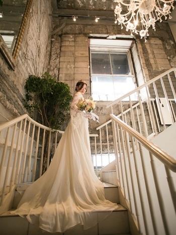 夢のように美しいウェディングドレスは、ローマ製。ウェディングフォトも、雰囲気たっぷりに仕上がります。