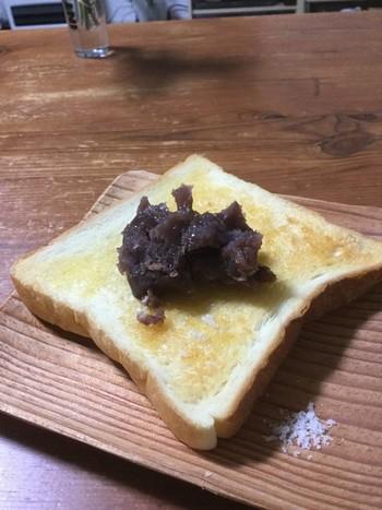 あんこバタートーストに塩を添えて…間違いなく美味しいです。