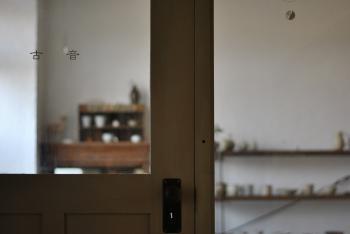 新旧がうまく融合した入り口~店内は、作品をゆったりと見られる空間です。