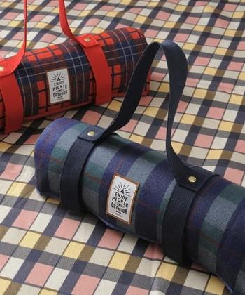 こちらもチェック柄がおしゃれな「BRUNO」のレジャーシート。付属の巾着には「ENJOY PICNIC AND OUTDOOR」のメッセージが!こんなに素敵なレジャーシートがあれば、ピクニックも楽しくなりそうです。