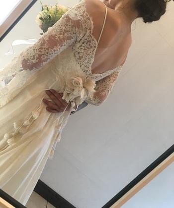 先ほどのドレスの美しい後ろ姿。肩から袖にかけてのレースは、花嫁だけの特権です。