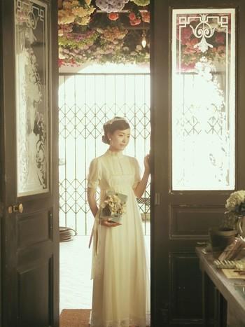アンティーク風だからこそ出せる柔らかい色合いとデザイン。みんなが忘れることのできない花嫁にきっとなれるはず。とっても素敵なアンティーク風ウェディングドレスとその世界をご紹介します。