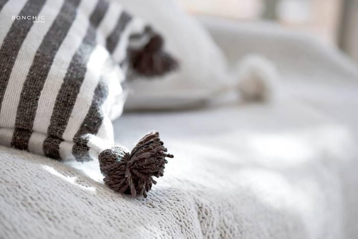 ボンボンがとってもかわいいですよね♡ちょっと肌寒いときに羽織ったり、ひざ掛けにしたりするのにもぴったりです。