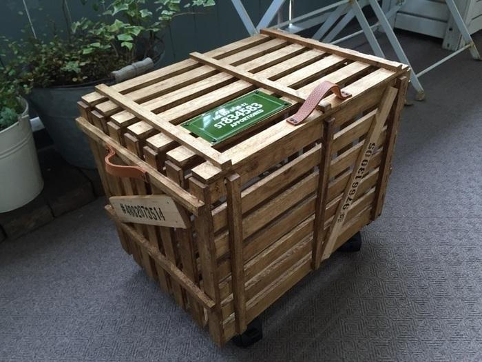 すのこで貨物のようなカッコイイ収納BOXを。ついつい増えがちなガーデニング用品などの収納に向いています。