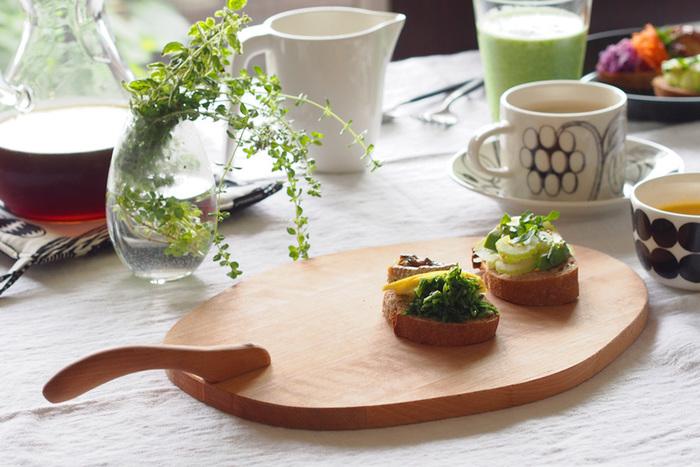 まな板としても、お皿としても使えるカッティングボード。緩やかに波打つ曲線に、木の温もりを感じます。プレートやお皿としてオードブルの盛り付けをすると、パリのカフェのようにフォトジェニックな食卓に♪