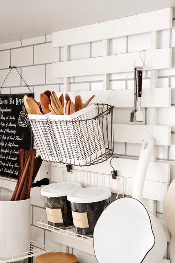 キッチンの壁面にS字フックで小物を掛けて。見せる収納で、ディスプレイする雑貨にもこだわりたくなります。
