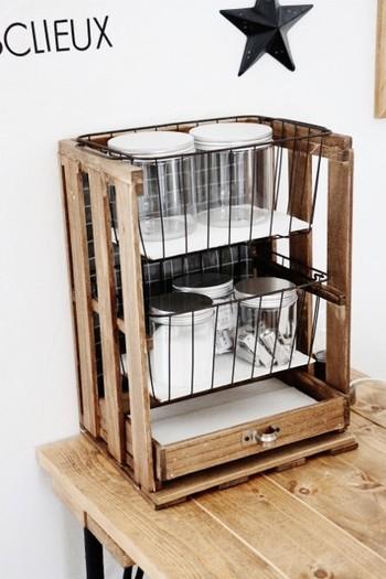 すのこと100均のワイヤーバスケットを組み合わせて小物入れを。細々としたものの収納に向いていそうです。