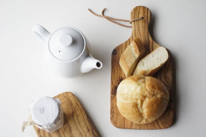 壁にかけられるタイプのカッティングボードなら、掛けて収納している姿もカフェ風の雰囲気づくりをしてくれます。