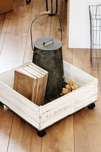 すのこで木箱を作成。下にキャスターを付ければ動かしやすく、機能性も◎です。