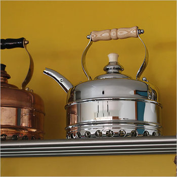 紅茶を愛する英国ならではのクラシカルで性能・デザインに優れたシンプレックス社の銅のケトル。美しいフォルムやあしらいがとってもレトロ。置いてあるだけでキッチンをカフェの雰囲気にしてくれそう。