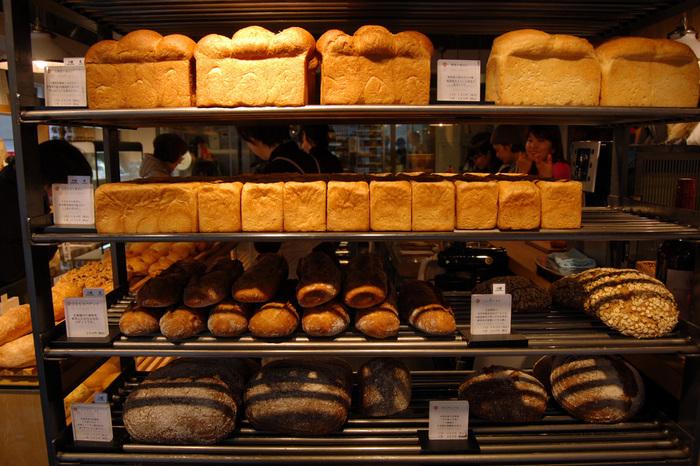 ずらりと並ぶ、365日のパン。お店にはひっきりなしにお客さんが出入りしています。