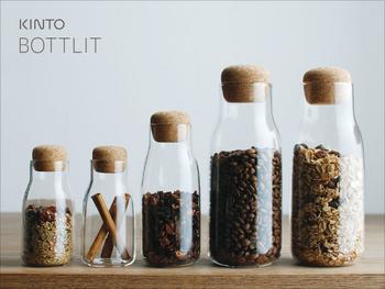 キャニスターはコーヒーや紅茶を湿気から守って保存してくれる優れもの。ラベルをつけたり、タグを付けることで一層カフェ風の雰囲気になります。