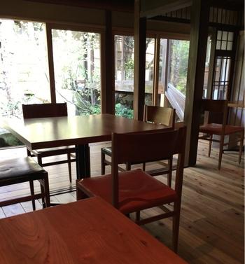 JR福知山駅から歩いて15分程にある「柳町」は、明治期建造の町家を改装した、鳥料理が自慢のダイニングバー&レストラン。  城下町の風情漂う「下柳町」に溶け込んだ店は、スタイリッシュ。庭も見事で落ち着いた雰囲気です。 【画像は、中庭に面した店内】