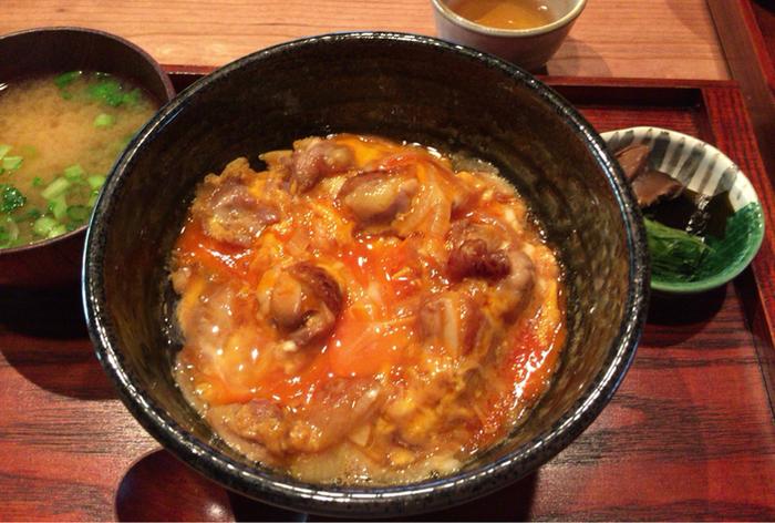 【『京地どりの親子丼』は、卵の濃厚な味わいを楽しめる逸品。地鶏もたっぷり入って食べ応え十分と人気です。】