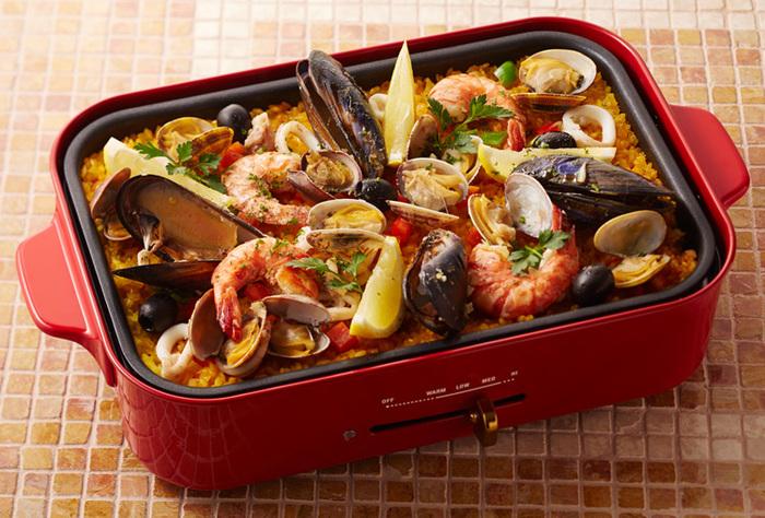 海の幸をふんだんに使ったご馳走パエリア。 カラフルなお野菜が食卓をパッと明るくしてくれそうですね。 女子会に喜ばれそうなメニューです♪