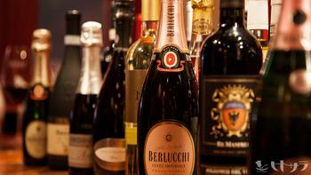 実にワインは約100種類。ゆっくり味わいながら話も弾みそう。