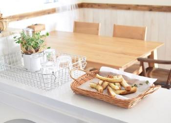 収納にはもちろん、パンやお菓子を置く器にも役立ちます。ディスプレイとして置いておくだけでもカフェ風になる優れもの。