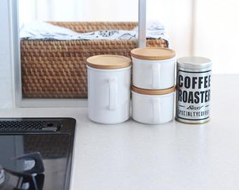 籐製のかごは、自然な色合いと白い壁のキッチンに馴染みやすく、揃えて置くだけでカフェ風を演出。清潔感もあり、目隠し布と組み合わせるとカントリーな雰囲気になります。