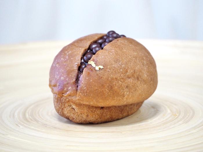 こちらはブリオッシュ生地のクロッカンショコラ。 パンに金箔を添えているだなんて、なんだか贅沢でうれしい気分になってしまいます!