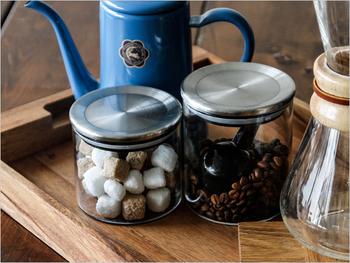 カフェに並びディスプレイにされていることも多いキャニスター。マカロニ、角砂糖、コーヒー豆など、見た目もかわいい食材を収納して、カフェ風キッチンを演出しましょう。