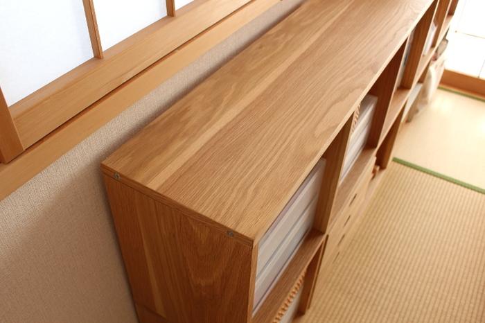 無印良品はシンプルな家具も沢山あるので、実は和室でも大活躍。 こちらは木目の美しいスタッキングシェルフ。木目を基調とした和室との相性もピッタリです。 しかも、すっきり収納できるのでお部屋を広々と使えますね。
