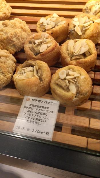 伊予柑とバナナのパン。  愛媛県産無農薬の伊予柑ピールとレーズンを練りこんだ生地に、アーモンドクリームとバナナのハーモニーが絶妙。ありそうでなかった組み合わせ♡