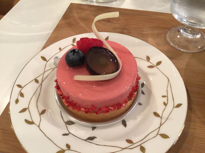 苺と木いちごのムース仕立てのケーキ。 女性の好きなカラーなので、手土産にも喜ばれそうです♪
