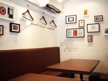 白を基調とした店内に、木目調のディスプレイがおしゃれな空間を演出してくれています。