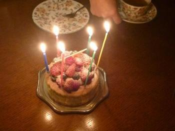 1年に1回の記念日は、L'AVENUEのバースデーケーキを予約してみませんか!? スタッフさんが丁寧に、タブレット端末のカタログで何種類ものケーキを提案してくれます。 嬉しくておいしすぎて倒れそうになったという声が多数です!