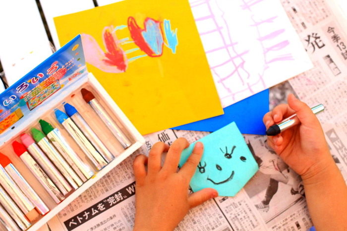 写真だけでなく、お気に入りの画像をプリントアウトしたり、自分でデザインしたオリジナルの絵柄でマグネットを作ったりしても◎ また、お子さんの書いた絵で作ってもいいですね。紙はラミネート加工するといいですよ。
