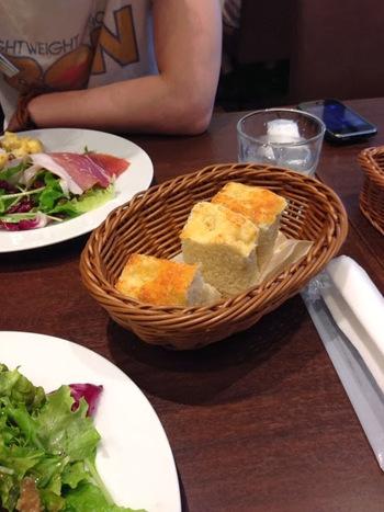 パスタのソースをフォカッチャに付けて、お皿の上を丸ごと味わって下さい。