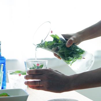 北欧ブランド「iittala(イッタラ)」のグラスシリーズ「Kartio(カルティオ)」のピッチャーは、シンプルなフォルムと使いやすさが特徴。置いてあるだけで雰囲気がでるアイテム。カラバリ豊富なのでカフェキッチンの差し色として選ぶのも良いですね。