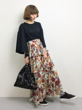 花柄のティアードフリルスカートは、トップスや小物などを黒でまとめると大人っぽい着こなしになります。