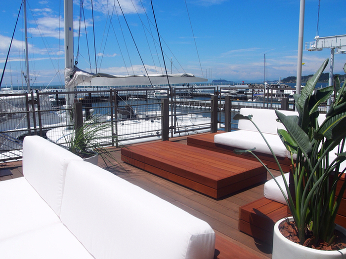 テラス席も用意されているので、潮風を感じて食事ができます。