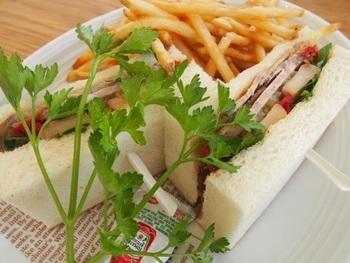 サンドイッチ、サラダ、コーヒーやケーキなどが人気で休日は賑わっています。