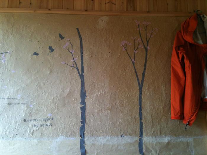 和室にある珪藻土の壁に植物などの装飾をプラスしたら、あか抜けた雰囲気の和ナチュラルなお部屋に早変わり。