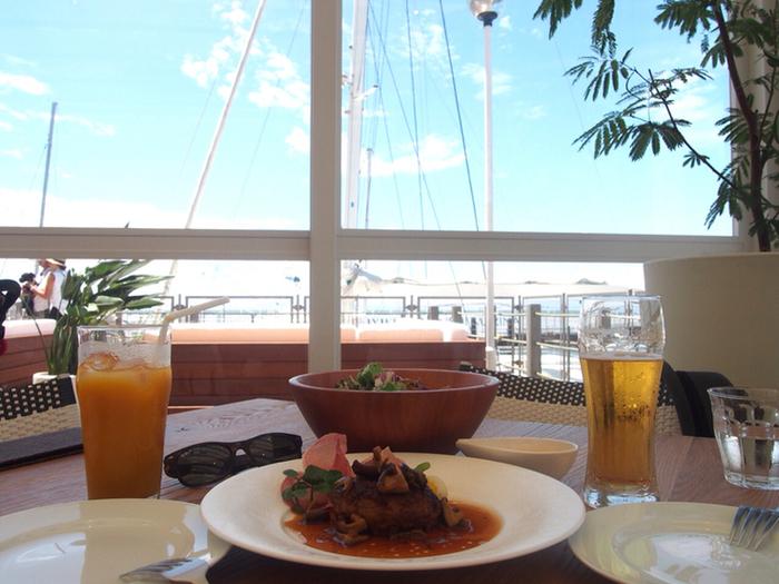 逗子を代表するスポットの逗子マリーナの横にあるカフェです。停泊するヨットを見ながら食事ができます。大きな窓の開放感がある店内で、くつろげる店です。