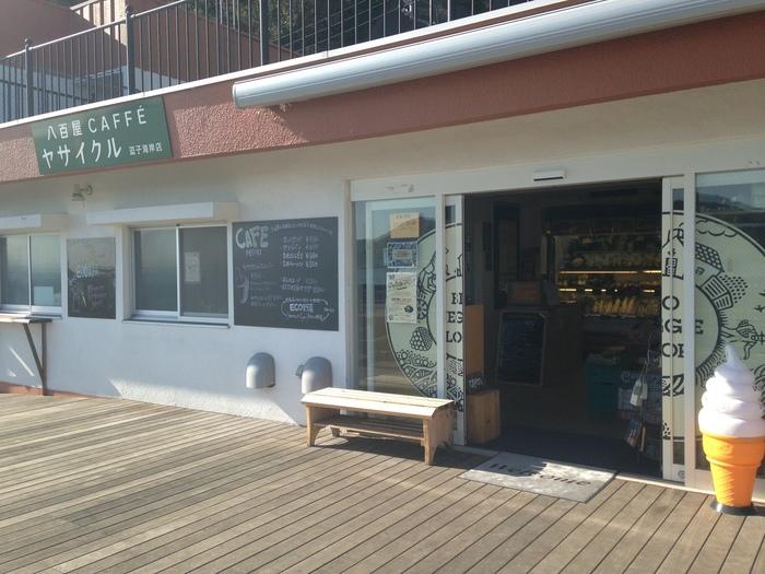 逗子海岸にある駐車場の一角にある店で、産直野菜やオリジナルドリンクがいただけます。八百屋が運営していることで、新鮮野菜・果物がいただけます。ドライブの途中の休憩でよってみてはいかがでしょうか?海側にテラス席があり潮風を感じて食事ができます。