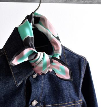 柄スカーフは、シンプルなコーディネートのちょっとしたアクセント付けにピッタリ。